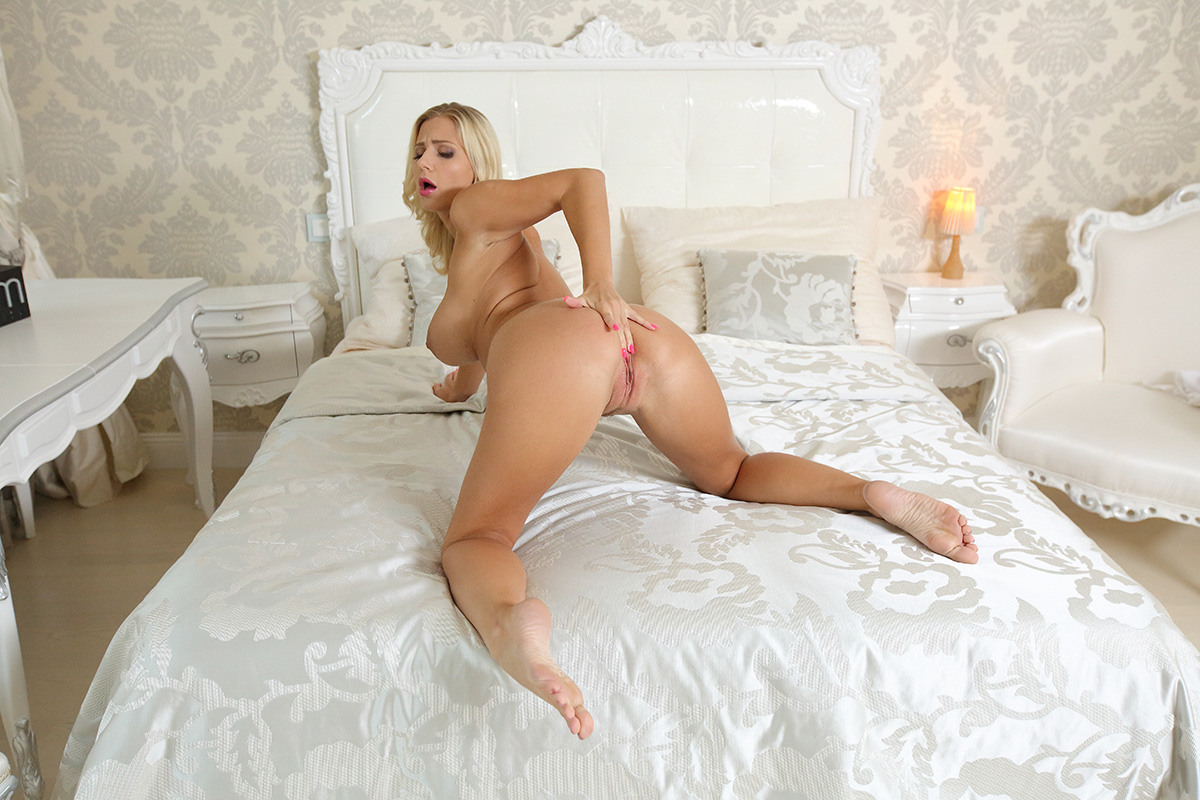 180 degree pussy masturbation from blonde babe vr 7